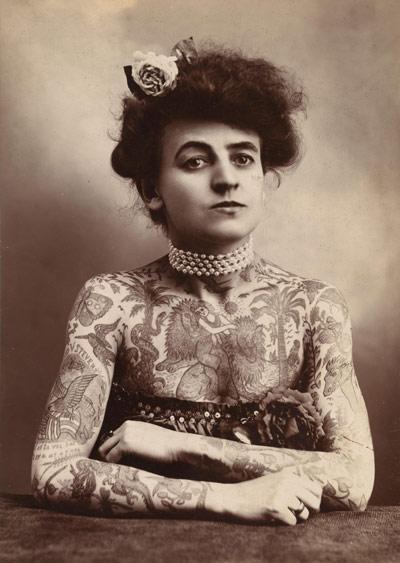 Datazione di una donna con tatuaggi