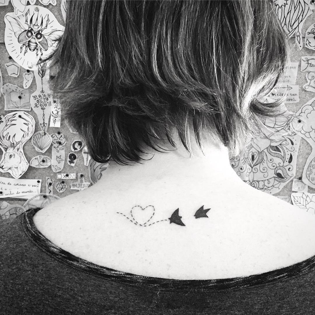 tatuaggio piccolo collo rondini cielo