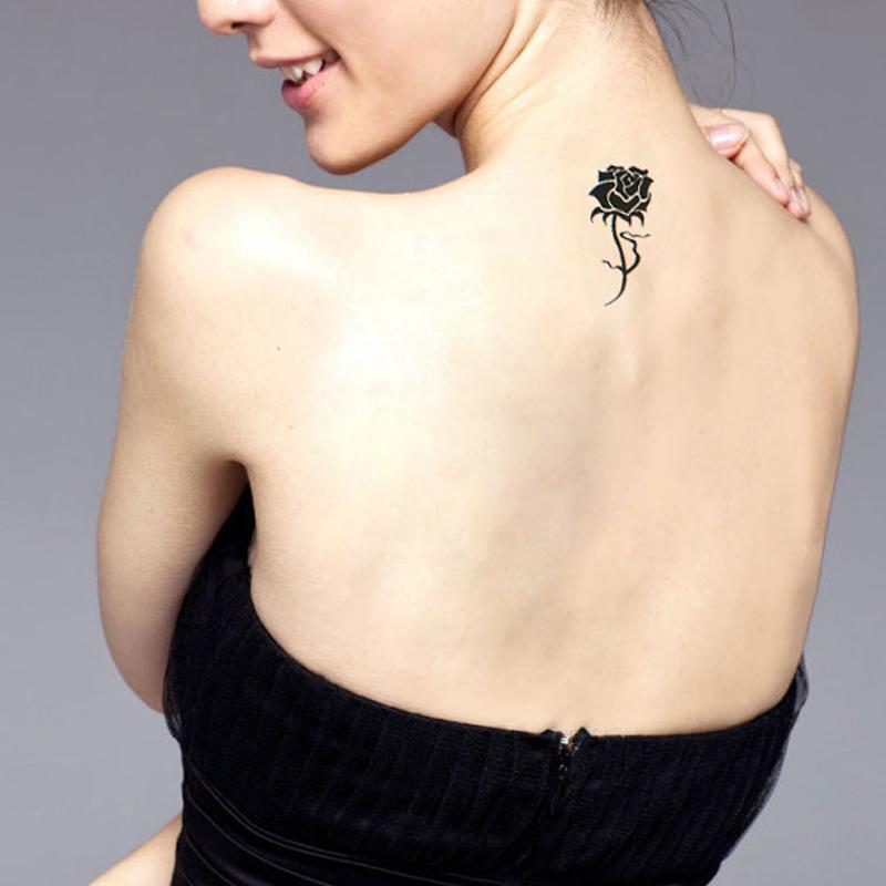 tatuaggio piccolo rosa fiore donna significato